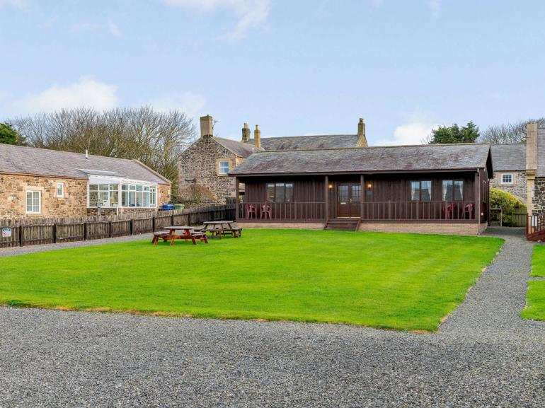 Lovely detached timber built lodge near the gold sandy beach