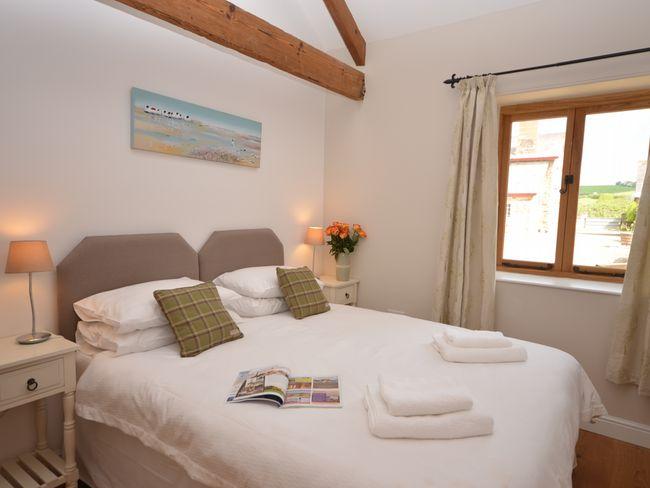 King-size zip-and-link bedroom with en-suite