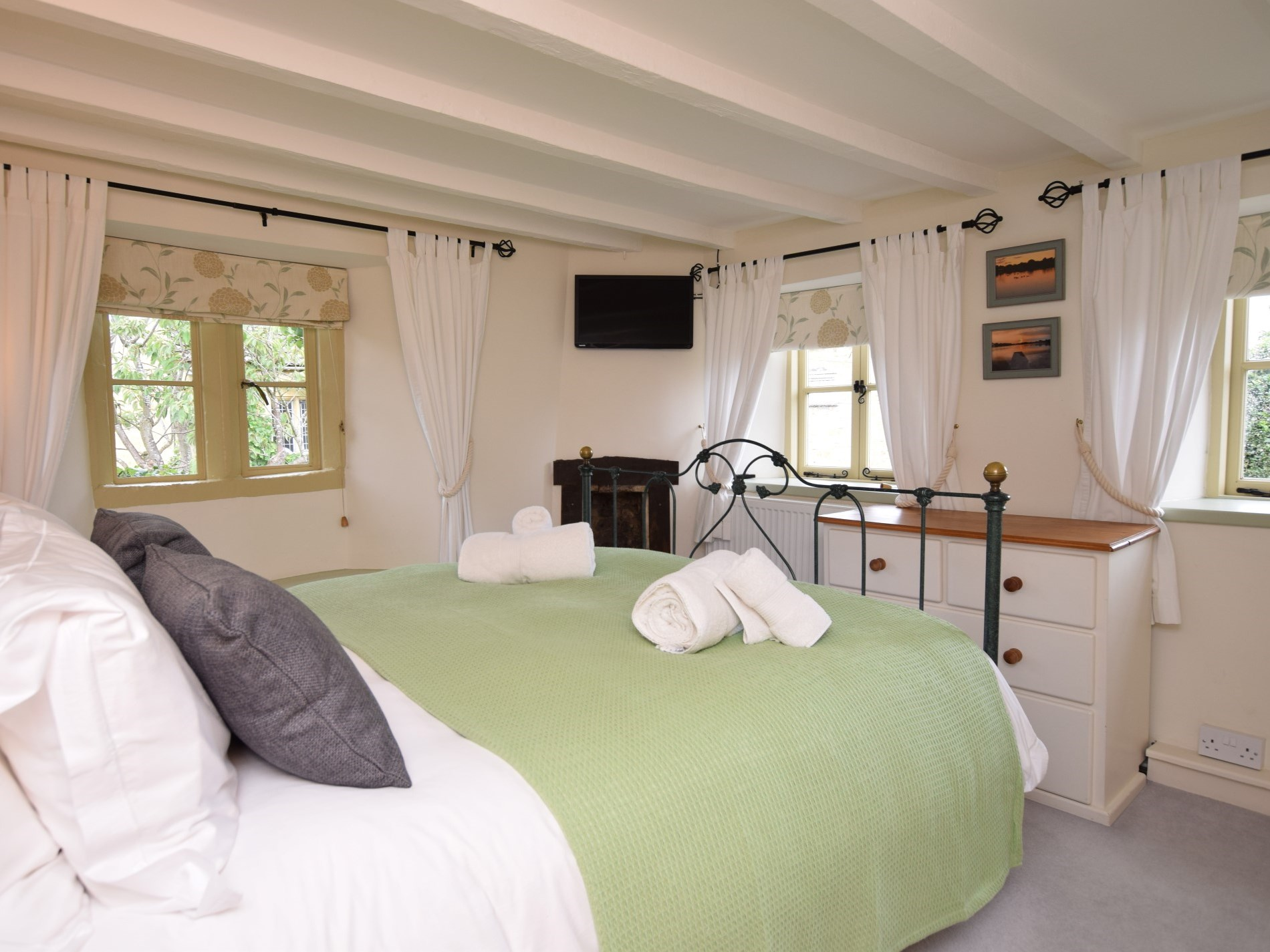 Double bed and luxurious egyptian cotton linen
