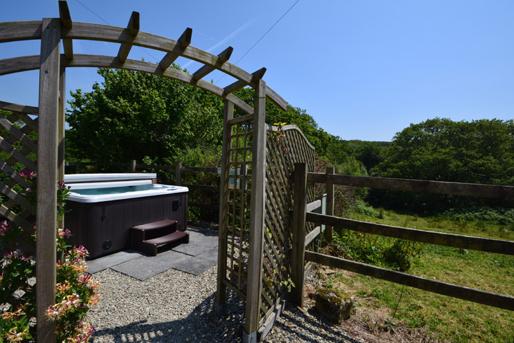 Buzzards Reach, Fowey, a Cornwall cottage with a hot tub