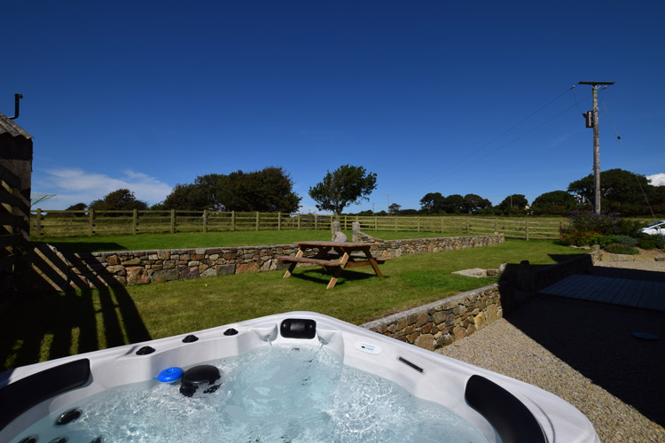 Hollie Cottage, Carbis Bay, a cottage in Cornwall with a hot tub