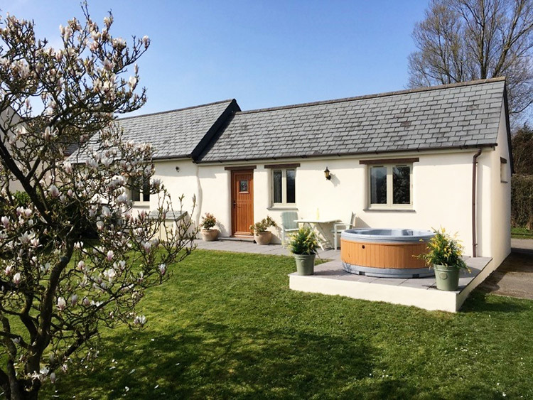 Olivers in Bude, a hot tub cottage