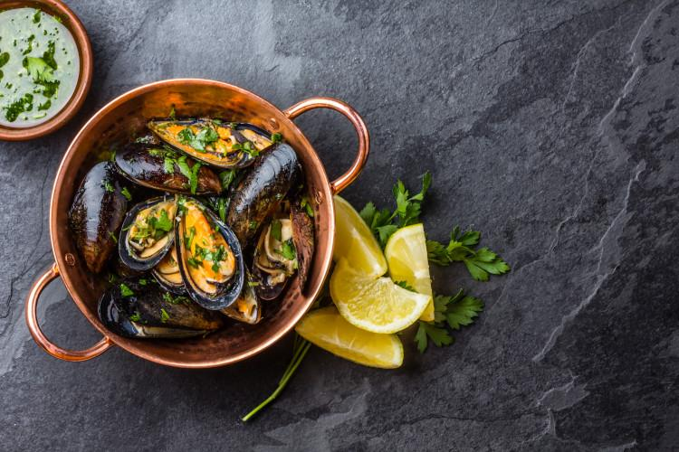 mussels in cooking dish