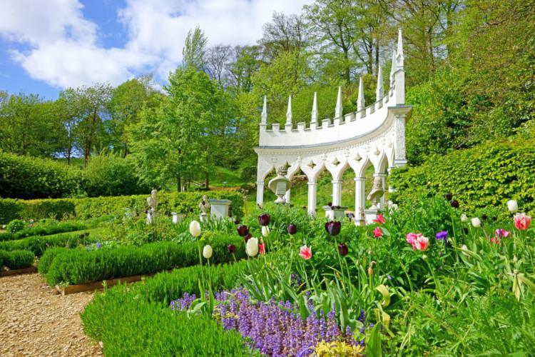 Romantic cotswolds garden