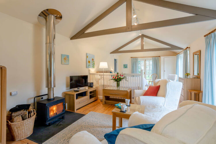 Relaz in the comfy Blakewell Kingfisher cottage